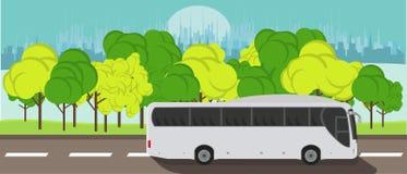 Turist- ritter för uttrycklig buss på vägen mot bakgrunden av cityscapebegreppsvektorn sänker illustrationen Arkivbild