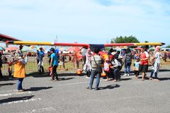 Turist runt om det lilla flygplanet på Airshow arkivbild