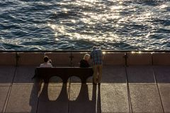 turist- sammanträde för kvinna på en bänk Arkivfoto