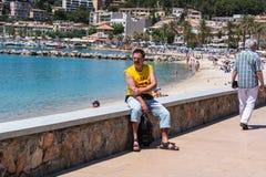 Turist- sammanträde på väggen av Port De Soller Royaltyfri Foto