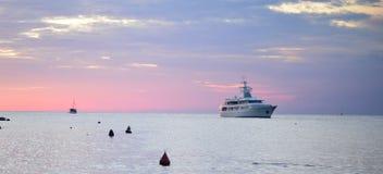 Turist-Schiff auf schönem Himmelhintergrund Lizenzfreie Stockfotografie