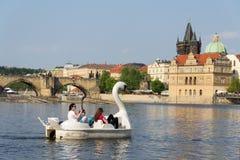 Turist- segling på pedal- fartyg på den Vltava floden nära den Charles bron i Prague, Tjeckien arkivbild