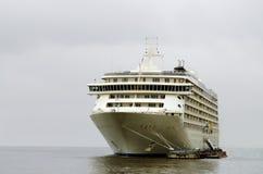 Turist- ship på pir Arkivbild