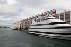 Turist- skepp i hamn Boston turism kommer med årligen omkring 8 b Fotografering för Bildbyråer