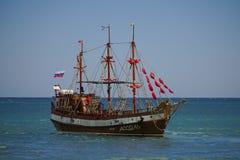 Turist- skepp i tappningstil p? bakgrunden av det bl?a havet och horisonten arkivbilder