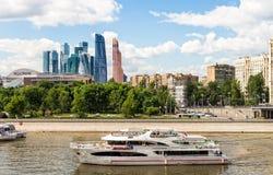 Turist- skepp på Moskvafloden Royaltyfri Foto