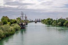 Turist- skepp p? den Manavgat floden i sidan, Turkiet arkivfoto
