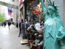 Turist- skyltfönster på den 5th aven NYC Royaltyfria Foton
