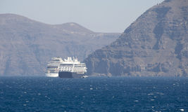 Turist- skyttlar om Santorinis ö Royaltyfri Fotografi