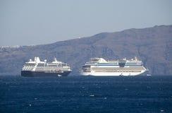 Turist- skyttlar om Santorinis ö Arkivfoto