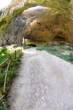 Turist- slinga i den Devitakskoy grottan i Bulgarien Arkivbilder