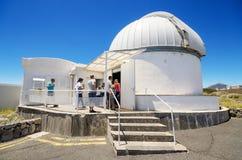 Turist som besöker teleskop på Teide den astronomiska observatoriet på Juli 7, 2015 i Tenerife, kanariefågelö, Spanien Royaltyfri Fotografi