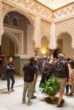 Turist som beskådar den islamiska arkitekturen av alcazaren i Seville, Spanien Arkivbilder