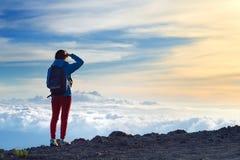 Turist som beundrar hisnande solnedgångsikter från Maunaen Kea, en latent vulkan på ön av Hawaii royaltyfria bilder