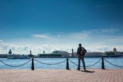 Turist som beundrar sikter av Neva River Fotografering för Bildbyråer