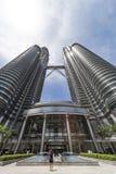 Turist som fotograferar de Petronas tornen Arkivfoton