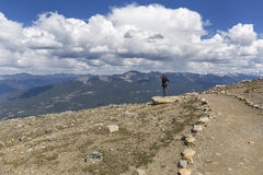 Turist som fotograferar Rocky Mountains - Jasper National Park Fotografering för Bildbyråer