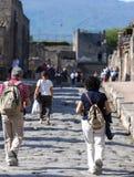 Turist som går i Pompeii, en forntida romersk stad fotografering för bildbyråer