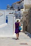 Turist som går i Santorini Arkivbild