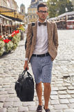 Turist som går på stad Royaltyfria Foton