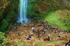 Turist som har gyckel bredvid vattenfallet Royaltyfri Bild