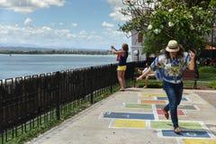 Turist som har gyckel i Parque las Palomas, San Juan, Puerto Rico Arkivbilder