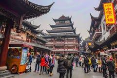 Turist som komms till den Yuyuan trädgården i ferien, shanghai stadsporslin arkivfoto