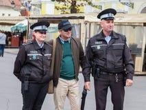 Turist som poserar med poliser av den rumänska polisen i medel, i centrala Transylvania Arkivfoto