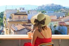Turist som ser akropolen, Grekland Royaltyfria Bilder