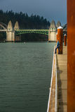 Turist som ser den Siuslaw floden från Florence Marina Oregon Arkivbilder