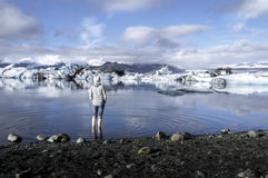 Turist som ser Jokulsarlon, lagun, Island Royaltyfri Fotografi
