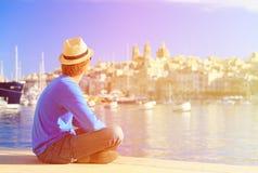Turist som ser staden av Valletta, Malta Royaltyfri Fotografi
