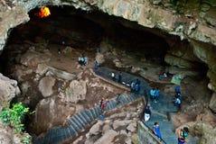 Turist som skriver in Borra grottor Arkivfoton