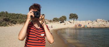 Turist som tar bilder med en gammal kamera Arkivfoto