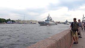 Turist som tar bilder på krigsskepp för en smartphone på den Neva floden Helgdagsaftonen av marindagen i St Petersburg stock video