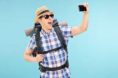 Turist som tar en selfie med mobiltelefonen royaltyfri fotografi