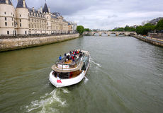 Turist som tar foto, medan stå överst av ett turnerafartyg på Seinet River Royaltyfri Bild