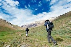 Turist som två fotvandrar i india berg Arkivfoto
