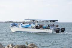 Turist som tycker om en kryssning längs Trumbo punkt Key West Florida Fotografering för Bildbyråer