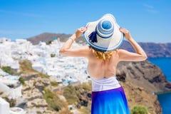 Turist som tycker om härlig sikt över Santorini Royaltyfri Bild