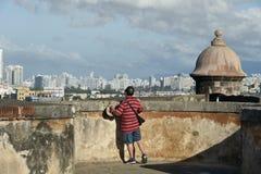 Turist som ut ser på San Juan från San Cristobal Arkivbild