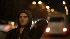 Turist som väntar på bilen i nattstaden Hake-fotvandra arkivfilmer