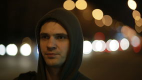 Turist som väntar på bilen i nattstaden Hake-fotvandra lager videofilmer