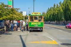 Turist som väntar på Emerald City Trolley, Seattle Washington Arkivfoto