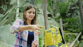 Turist- spela för kvinna med spinnaren utomhus stock video