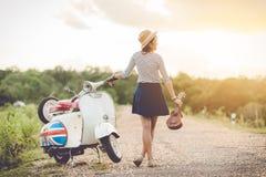 Turist- spela ukulele- och klassikersparkcykel arkivbilder