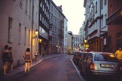Turist- ställen för natt, historiska gator i Prague Royaltyfri Bild