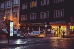 Turist- ställen för natt, historiska gator i Prague Fotografering för Bildbyråer