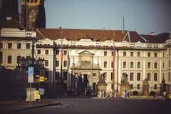 Turist- ställen, historiska gator i Prague Royaltyfri Fotografi