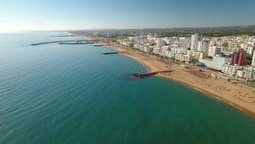 _ Turist- stad av Quarteira och stränder som filmas från över arkivfilmer